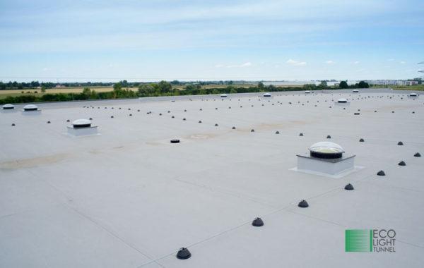 Dach magazynu z widocznymi świetlikami rurowymi