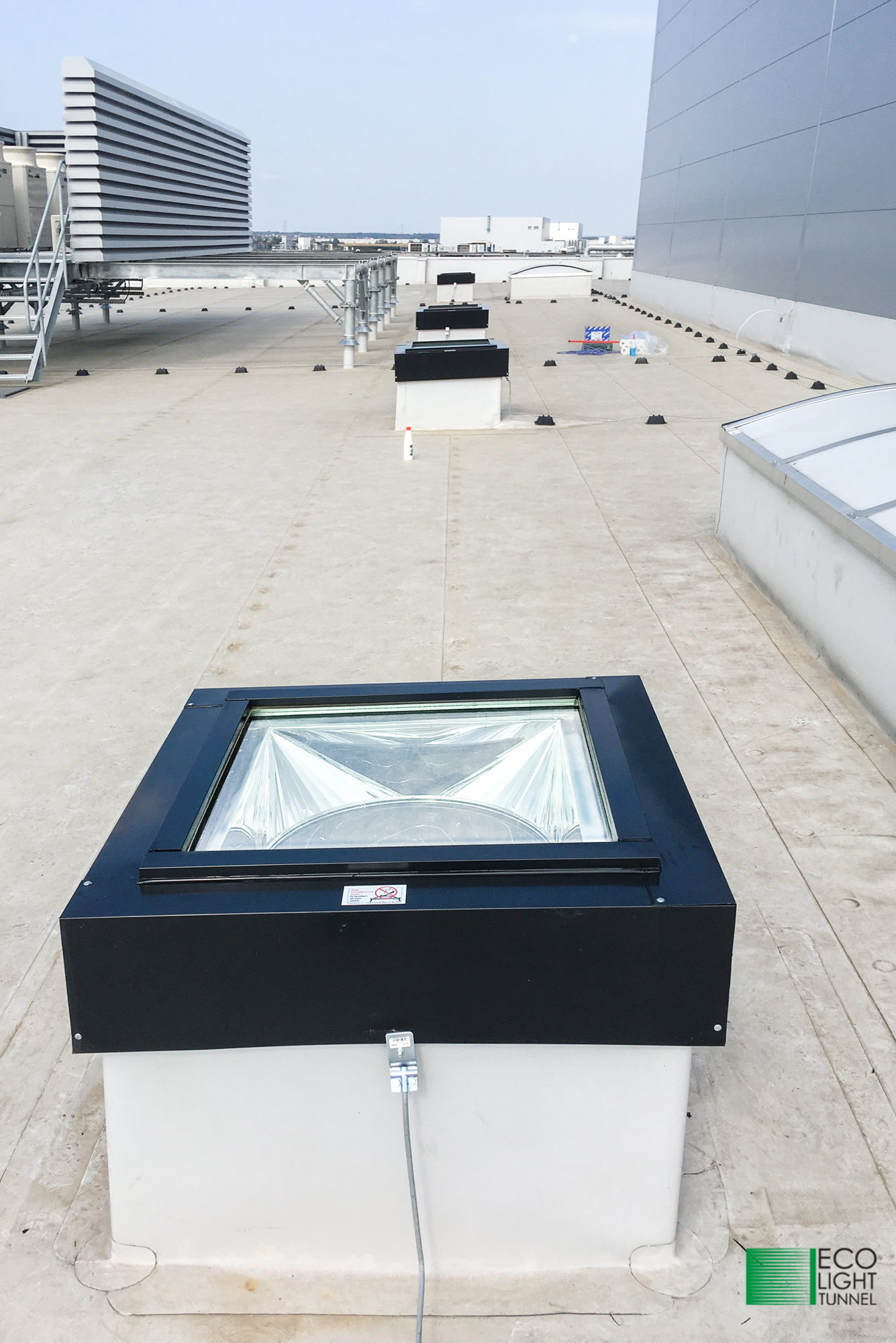 Świetliki rurowe przeciwogniowe na dachu