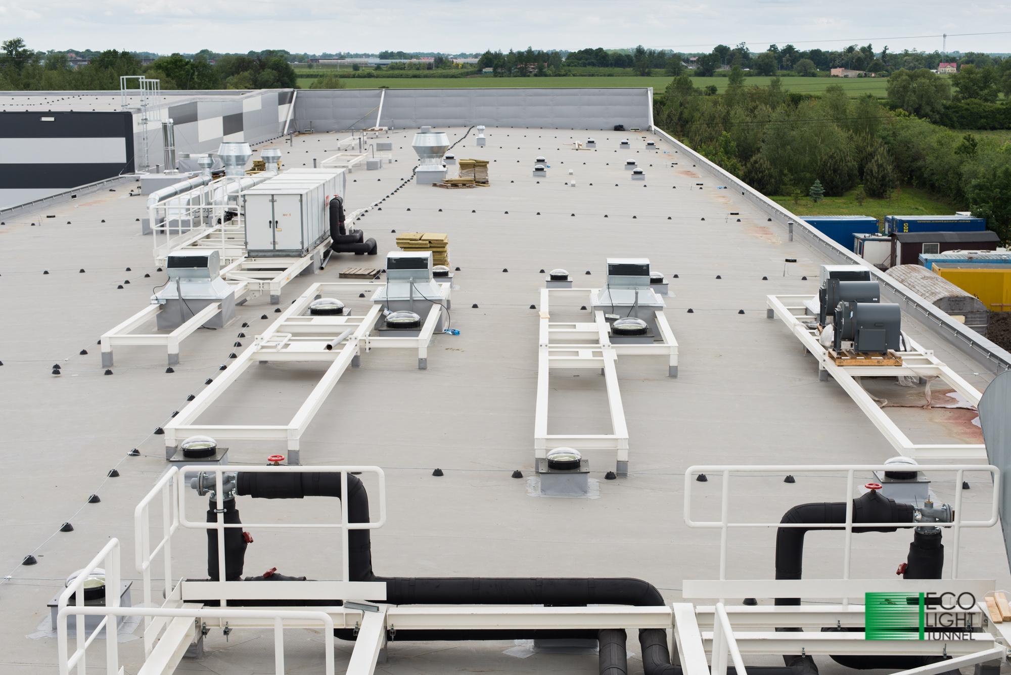 Dach hali produkcyjnej oświetlanej świetlikami unelowymi