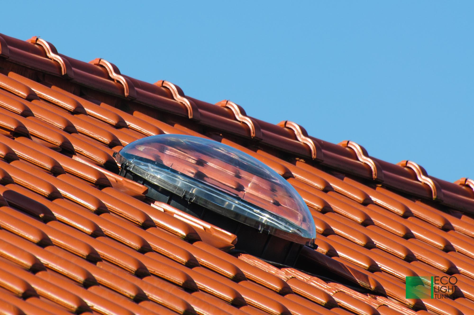 Standardowy świetlik rurowy 55cm na dachu z falistym pokryciem..