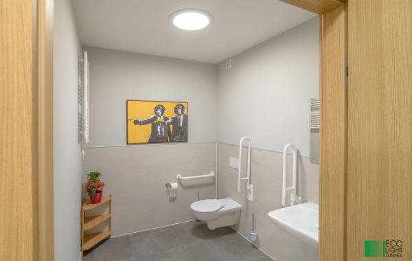 Oświetlenie łazienki światłem dziennym poprzez systemem rur światłonośnych Eco Light Tunnel