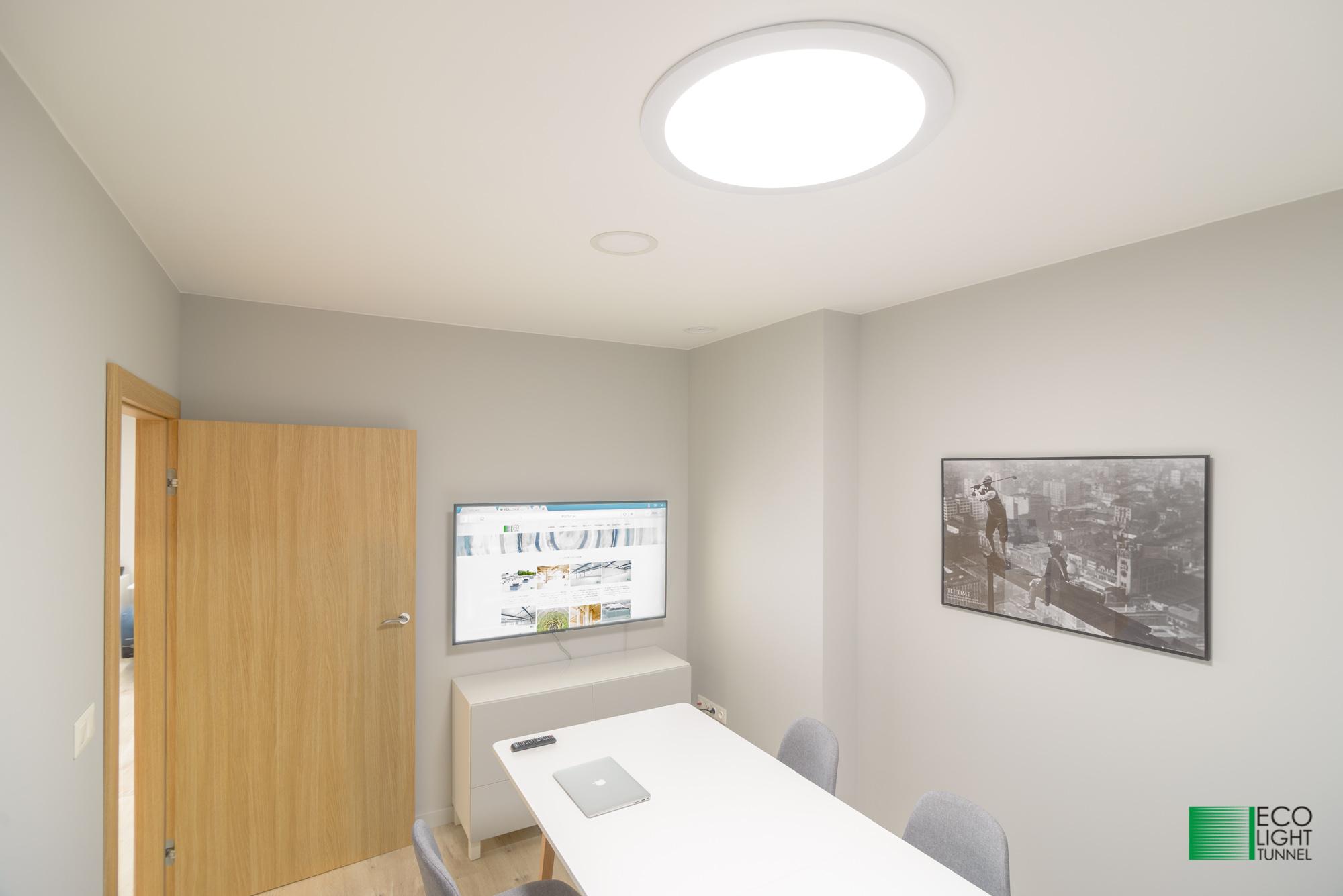 Oświetlenie naturalne świetlikami tunelowymi biura bez okien