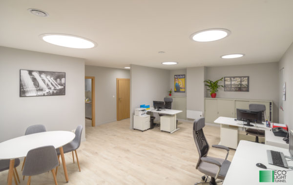 Oświetlenie naturalne świetlikami tunelowymi - biuro bez okien